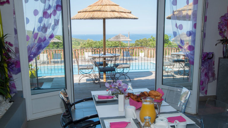 Breakfast room with pool view